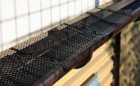 Ochranná síť proti zanášení okapových žlabů s úchytkami